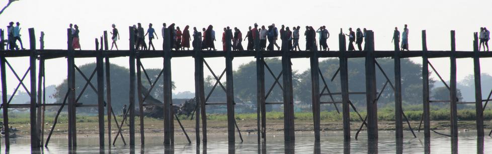 Auf diesem Bild ist eine Brücke zu sehen, auf der Menschen stehen. Dieses Bild soll verbildlichen, dass es auch in Streitsituationen eine Verbindung zu den Seiten der beiden streitenden Parteien.